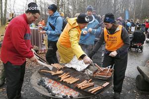 Jimmys pappa Mats Karlsson har tillsammans med Linda Hultgren Karlsson och Dennis Bergqvist laddat grillen med 350 korvar.