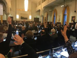 En votering i Örebro kommunfullmäktige. Debattörerna skulle vilja att den gäll att utropa ekologiskt nödläge i kommunen .