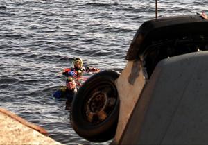 Leif Hemmingsson har flera olika intressen, bland annat sportdykning. Här, närmast kameran, dyker han efter stulna bilar i havet utanför Timrå. Arkivbild: Håkan Humla