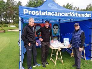 Erik Brolin, Lars Börje Hellberg och Lennart Lindström fixar med Informationstältet.