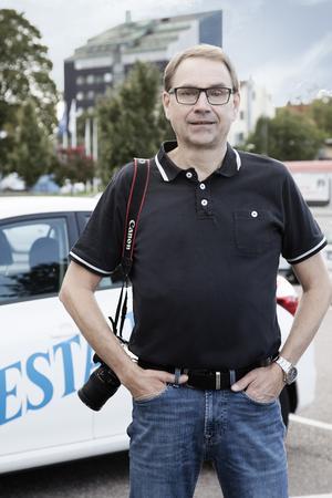 Fotografen som började skriva, men som aldrig åker ut på jobb utan en riktig kamera över axeln. Foto: Malin Mattsson