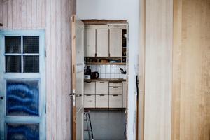 Sovrummet leder vidare in till köket.