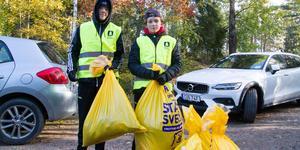 Max Lindén Larsson och Hector Wernersson hjälper till att samla in skräp för att delta och göra en insats att städa i sin närmiljö.