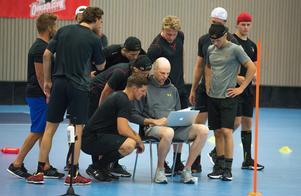 Många nyfikna samlas kring Tobias Nordin som noterar testresultaten.