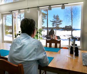 Här i köksdelen sitter AnnKatrin och maken Anders på samma sida av bordet för att båda ska kunna njuta av den fantastiska utsikten.