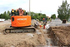 Här  gräver man för vatten och avlopp på rinkenområdet.