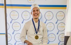 Eric Hristov, kockstuderande i Östersund, vann första tävlingen i Årets Kockelev. Medalj fick han av brorsan Alexander, som också bistod med coachning. Foto: Hilda Arneback
