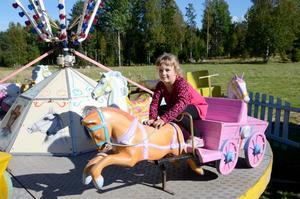 Nöjd besökare. Emelie Stockdale, fem år, var nog en av de mest nöjda besökarna på gårdagens marknad i Finnerödja när hon fick åka karusell.