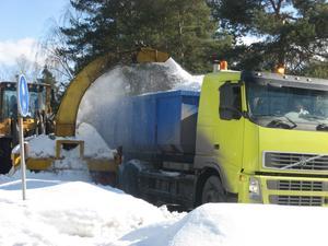 Aktiv snöröjning med snöslunga som fyller ett lastbilflak på några minuter. Ett antal lastbilar i skyttetrafik till Finnslätten för att tömmas på snö.