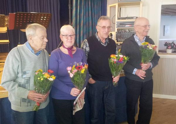 De som slutat sina förtroendeuppdrag avtackades med blommor. Från vänster ses Wolmar Nordström, Siw Nordström, Sixten Östling och Pekka Särkiniemi.