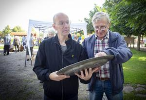 Börje Pantti från Örebro var intresserad av ett tennfat från 1715 som Lennart Findahl från Norberg sålde. Foto: Lennye Osbeck