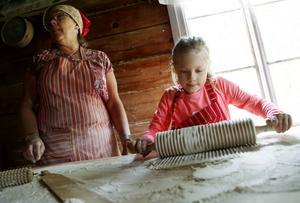 Anna-Lena Rosberg och Elin Stenmark bakade tunnbröd under aktivitetsdagen #hembygdsliv som arrangeras av Ragunda hembygdsförening alla torsdagar i juli.
