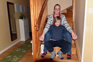 Barbro Jonsson och sonen Linus hemma i villan i Husum.