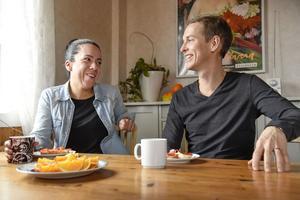 Maribel och Oskar Lindberg slutade sina heltidsjobb vid 40 årsåldern för att leva på sparade pengar. De har samlat sina erfarenheter och tips i en bok som de hoppas kan inspirera även andra att bli ekonomiskt fria eller tänka utanför vardagslivets ekorrhjul.Foto: Marko Säävälä  / TT /