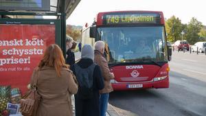 Buss 748 och buss 749 här på bilden kommer att stanna på sina ordinarie hållplatser igen från och med måndag den 11 november.