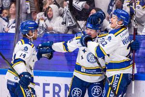 Patrik Zackrisson jublar med nya kedjekamraterna Oskar Lang och Sebastian Wännström efter sitt 2–0-mål mot Brynäs. Foto: Daniel Eriksson/Bildbyrån.