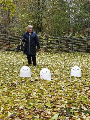 Maud Mellberg stiftar bekantskap med några små spöken i skulpturparken på Jamtli. Fotograf: Agneta Sjöberg