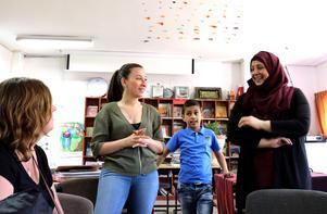 Lama Alshehaby från Falun hjälper till att tolka när Mariam Mámmar berättar om barnbiblioteket i Battir, Palestina.