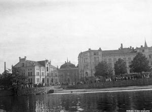 Intill Slottet är det mesta sig tämligen likt idag om man jämför med år 1919. Men byggnaden till vänster, Örebro kvarn, ligger inte längre kvar. Det gör ju däremot gamla Riksbankshuset och Stora Hotellet. År 1926 revs kvarnen. Foto: Örebro stadsarkiv/Waldemar Tegnér