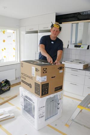 Daniel Sundqvist är elektriker och arbetar här med ett kök.