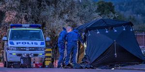Polisens tekniker arbetade under natten med att säkra spår på mordplatsen. Foto: Niklas Hagman