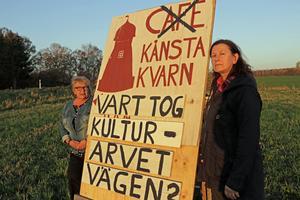 Flera bybor blev besvikna från början när de inte informerades om vad som skulle hända med Kånsta kvarn.  Genom åren har mycket arbete lagts ned för att bevara denna byggnad som uppfördes på 1800-talet.  På bilden Ingalill Esping och Suzann Bernsgården.