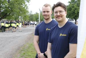 Poliserna Nils Gustavsson och Tobias Winbladh hade en monter på området för att informera intresserade om yrket.