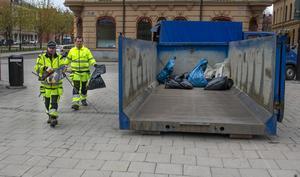 Thomas Blom och Oskar Ädel kastade de skräp som de hade plockat upp från stadens gator.