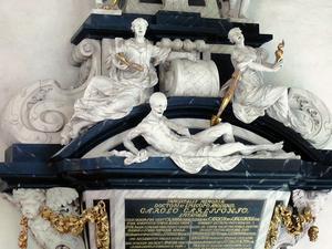 Döden lurar på kistlocket på biskop Carl Carlsson grav från 1708 – ett av sju magnifika barockmonument i domkyrkan. Foto: Rikard Larsson.