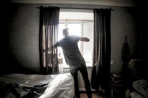Vid en första anblick kändes Emil Kvarnlöfs lägenhet lite mörk, men de stora fönstren mot sydväst släpper ändå in mycket ljus.
