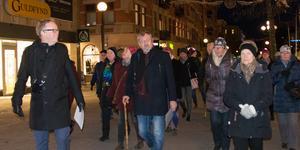 Jonas Moström och några läsare på stadsvandring i deckarhjälten Axbergs fotspår.