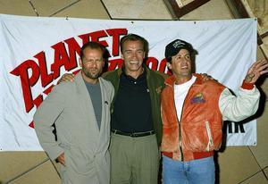 1980-talets stora actionhjältar Bruce Willis,  Arnold Schwarzenegger och Sylvester Stallone tillsammans 1991. Foto: AP