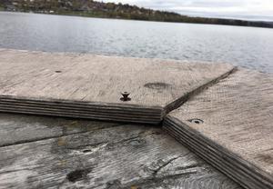 Längst ut där båtarna angör sticker det upp skruvar här och var - inte säkert för barfotabarn.