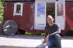 Ivan Monthan på Teater Mos utomhusscen hemma i hans egen trädgård.
