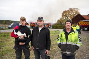 Bedrövelsen är stor i tre generationer Jogevall-Pettersson när de ser byggnaderna i familjens företag brinna. Emil Jogevall, Mikael Jogevall och Göran Pettersson.