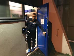 Sjur Robert Nilsen välkomnar in till herrlagets omklädningsrum i Sparta Amfi.