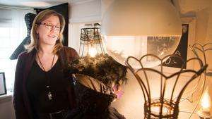 Nina Junggren har en passion – att tillverka lampor i alla möjliga och omöjliga färger och former. De med läder och nitar säljer bäst på marknader, men hon använder även fjädrar, fem-öresmynt, kaffekannor, skedar och stilettklackskor som material.