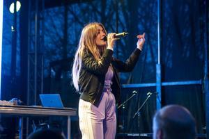 Lisa Eismar sjöng två egenskriva låtar, Hotel room och Over.
