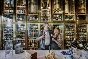 Jakob Barmousa och Karina Tholin hoppas att vinbaren ska locka in folk som passerar ute på gatan som är ute efter att ta sig ett glas vin.