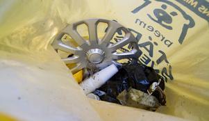 Innebandykillarna sorterade i påsarna, som i denna samlades plastföremål.