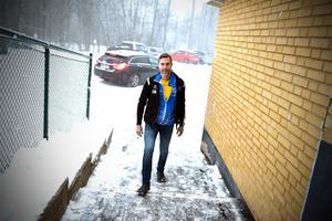 Ola Mopers på väg upp för trappan som leder till Bjäkenbackens skola.