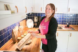 """I framtiden ligger planer på ett separat tillverkningskök. Jenny Andersen Salomonsson har tillstånd för tillagning i det egna köket i villan, men det börjar bli lite trångt, säger hon: """"Jag klarar mig, men det är på gränsen under högsäsongerna, som nu när julen snart är här""""."""