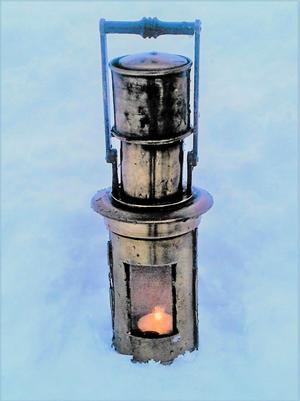 Nakterhuslampa från ett gammalt fartyg. Livsviktig då den belyste skeppskompassen i mörker.