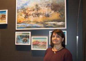 Anna Eriksson från Sundsvall har målat sedan 2013. Nu visar hon sin första separatutställning av halvabstrakta landskap i Quality Hotels foajé.