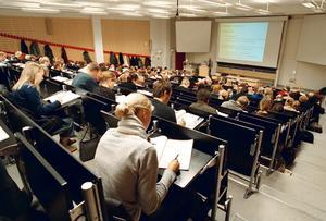 Undervisningen på vissa universitet och högskolor bedrivs inom vissa ämnesområden bedrivs på engelska. Enligt språkvetare riskerar man i förlängningen att övergå till att prata engelska i hemmen och avståndet ökar mellan hög- och lågutbildade, skriver Christer Sundquist och Tina Sandberg. Foto: Erik G Svensson, TT.