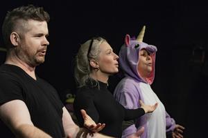 Peder, Katarina och Ninna sjunger slutnumret på föreställningen.