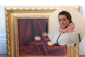 De mjuka vecken i den röda sammeten, färgeroch texturen på äpplena och den tjusiga ramen - inget går upp mot klassiskt måleri.  Munmålaren Eva Nilsson visar både det och modernare teknik i sin utställning som öppnar på lördag.