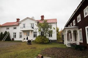 Mitt bland 70-talsvillorna i Håstaby, ligger gården, som en påminnelse om bondesamhället.