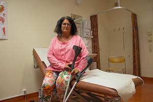 Lena Nordberg går på kryckor efter höftoperationen i Lindesberg i mitten av maj.