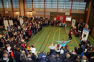 Det var många besökare på gymnasiemässan, här har delar av dem samlats för att bevittna dansgymnasiets show.